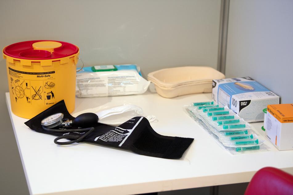 Medizinisches Material liegt in einer Impfkabine.