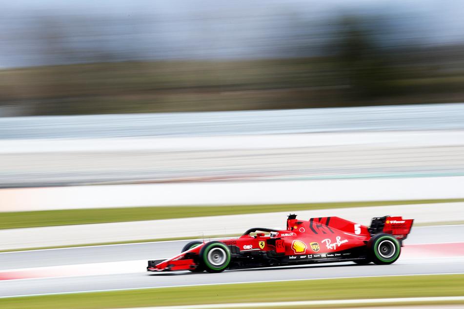 Sebastian Vettel aus Deutschland vom Team Scuderia Ferrari steuert sein Auto bei einer Testfahrt über die Rennstrecke in Montmelo (Spanien).