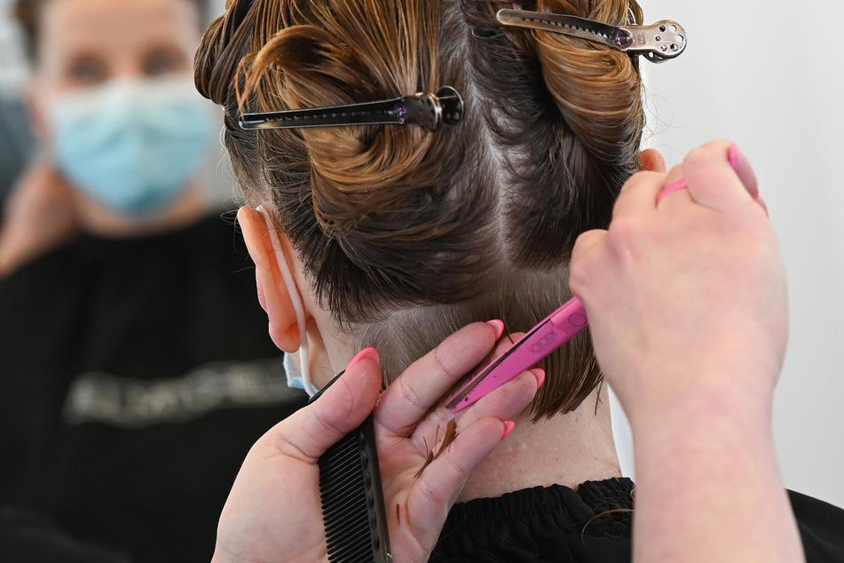 Friseure erhalten im Schnitt nur 1680 Euro brutto im Monat.