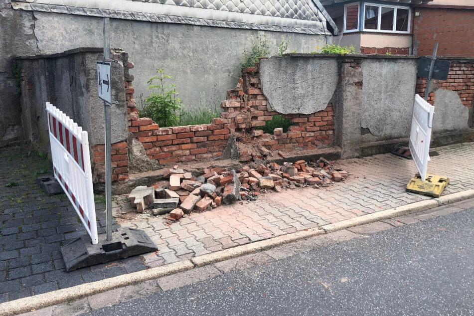 Gesundheitliche Probleme? Wagen von Rentner knallt in Hauswand: Vier Schwerverletzte