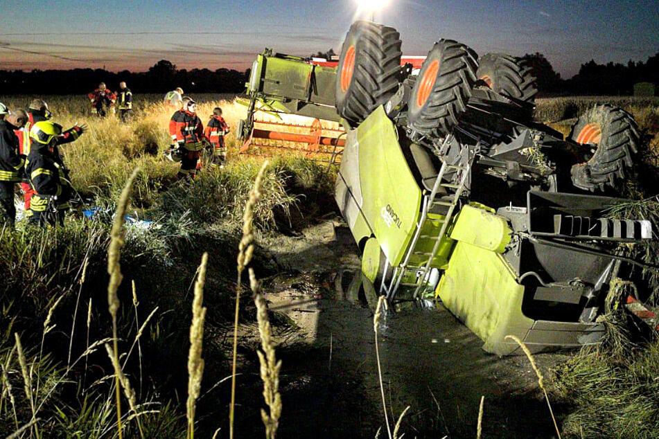 Ungewöhnlicher Unfall: Tonnenschwerer Mähdrescher liegt kopfüber auf Feld
