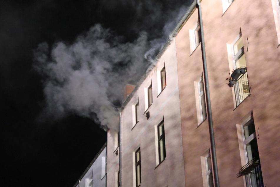 Dachwohnung in Flammen: Bewohner wird verletzt
