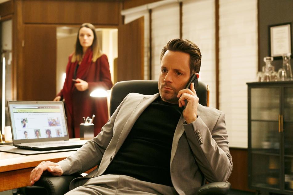 Jenny lauscht einem Telefonat von Justus und erfährt, dass er bei erfolgreicher Vorstandsvorsitz-Kandidatur das St. Vinzenz verkaufen will.