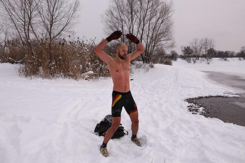 Erstmal warm werden. Mattes Brähmig (35) macht sich im Schnee bereit fürs Eis.