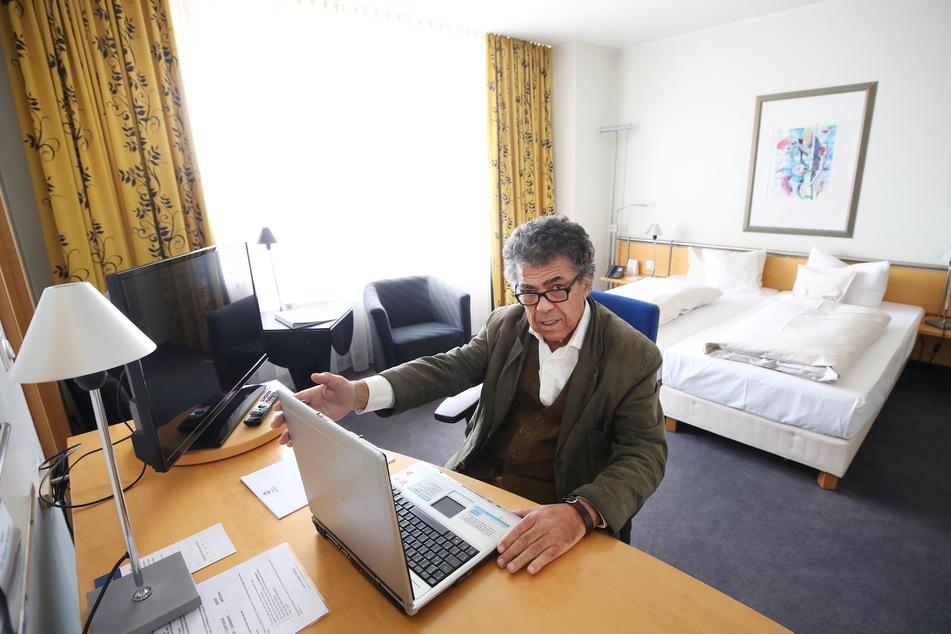 Moncef Mahmoudi, Direktor des Best Western Hotels Mülheim, zeigt ein Hotelzimmer für die Menschen, denen die Decke bei der Home-Office-Arbeit zuhause auf den Kopf fällt.