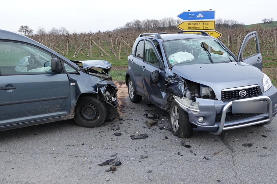 Beide Fahrzeuge wurden durch den Zusammenstoß erheblich beschädigt.