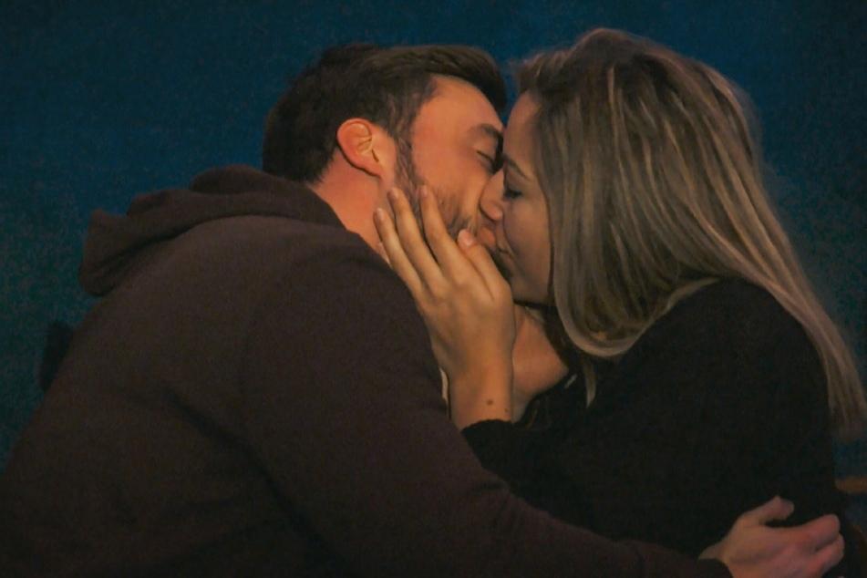 Auch bei Hannah (28) fackelt Niko (30) nicht lange und die beiden küssen sich in einer Sternwarte.