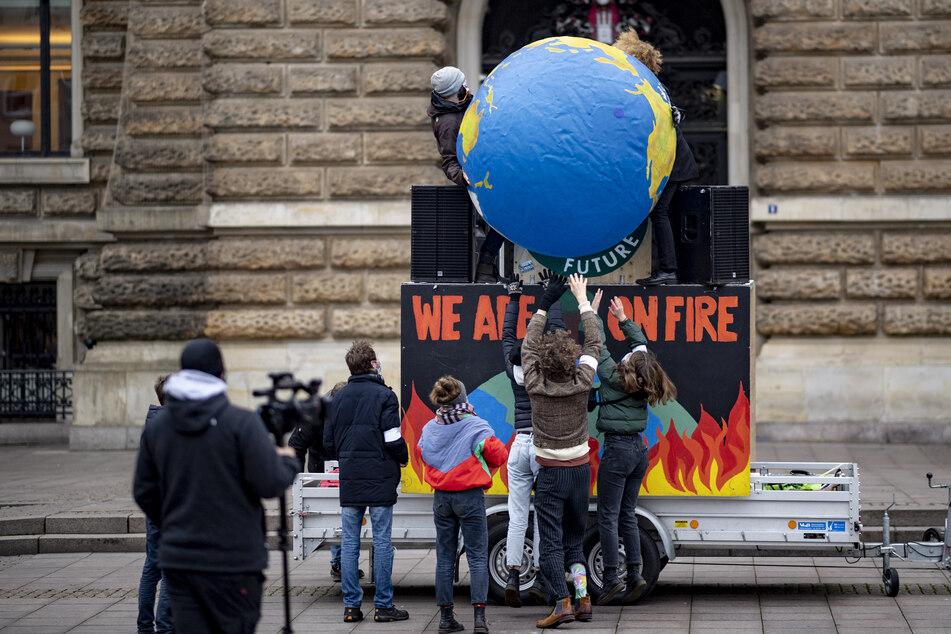 """Aktivisten von """"Fridays for Future"""" bauen auf dem Hamburger Rathausmarkt eine sogenannte """"Galerie des Scheiterns"""" auf. (Archivbild)"""