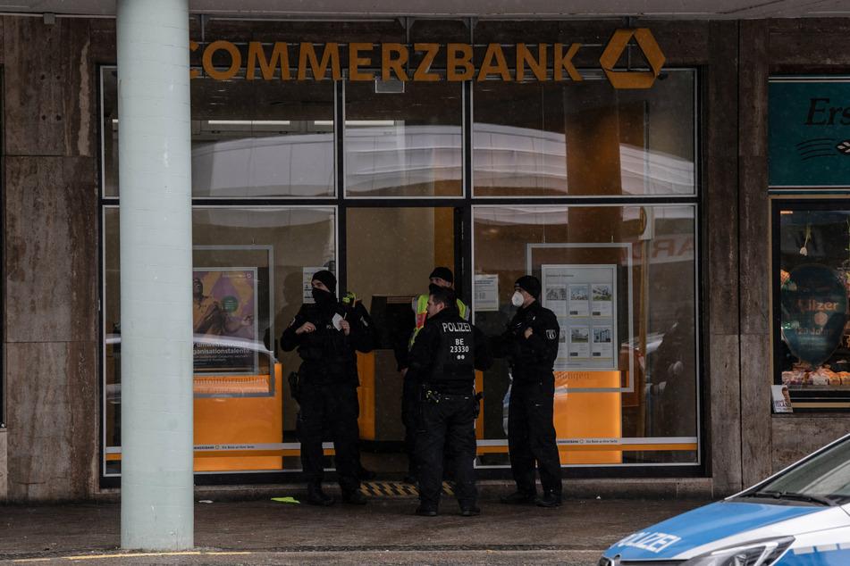 Die Polizisten wurden am Morgen des 2. Februar 2021 zur Bankfiliale an der Blissestraße in Wilmersdorf alarmiert.