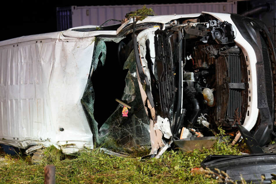Kleinbus überschlägt sich auf A8 mehrfach: sechs Verletzte