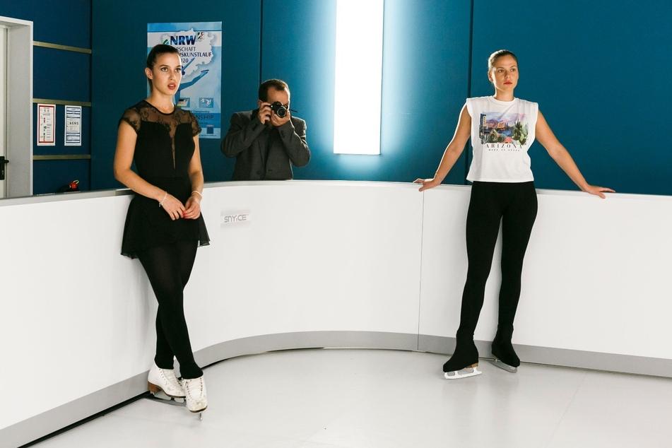 """Cheyenne Pahde (26, rechts) und Alexandra Fonsatti (27) bei den Dreharbeiten von """"Alles was zählt"""""""