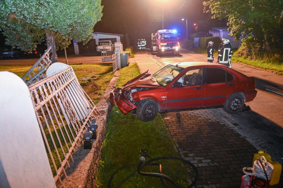 Der Versuch, mit ihrem Honda Civic abzuhauen, endete für ein kriminelles Duo (41, 42) aus Tschechien am Zaun eines Mehrfamilienhauses in Seifhennersdorf.