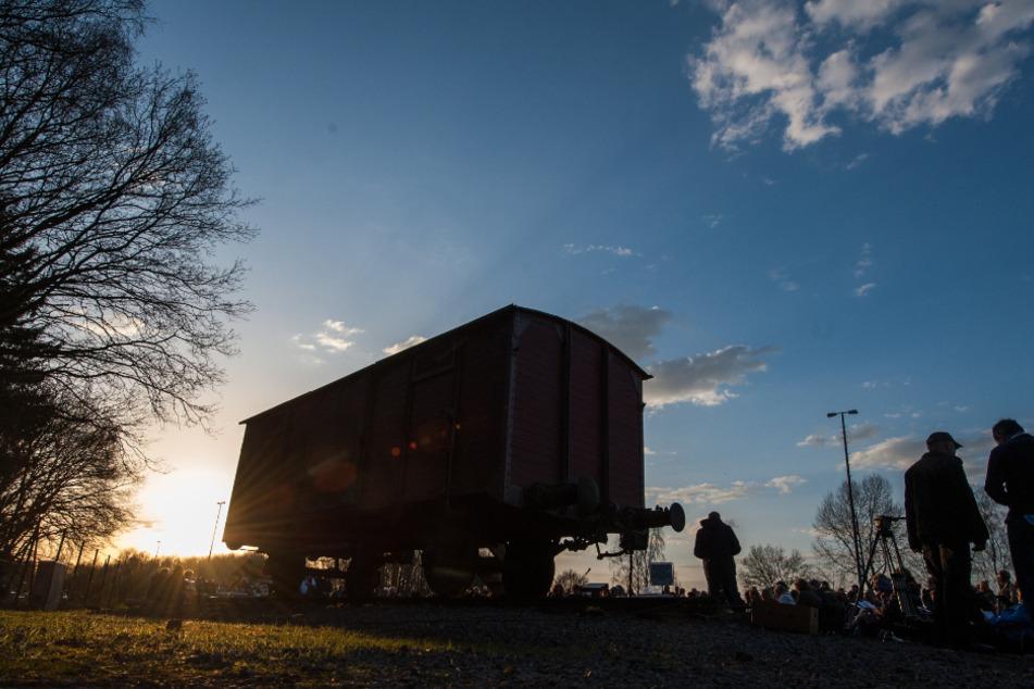 Als Mahnmal steht ein nachgebauter Waggon an der ehemaligen Verladerampe in Bergen-Belsen. (Archivbild)