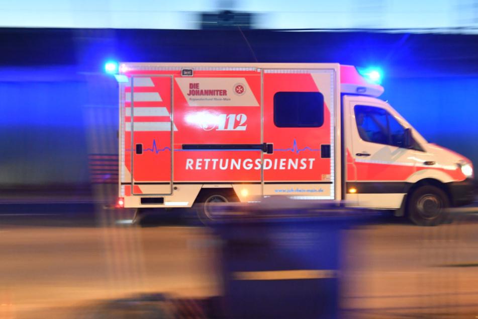 Die fünf Insassen der anderen beteiligten Autos wurden vom Rettungsdienst in ein Krankenhaus gefahren. (Symbolbild)