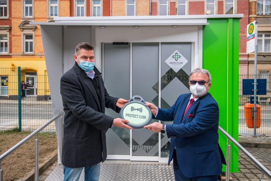 "Landrat Frank Vogel (64, CDU, r.) nimmt den ""Protect.Cube"" von SEIWO-Chef Jan Wabst (45) in Empfang."