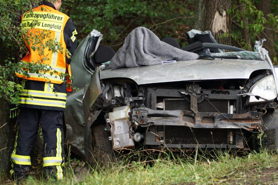 Auto kracht gegen Baum: Tödlicher Unfall bei Darmstadt