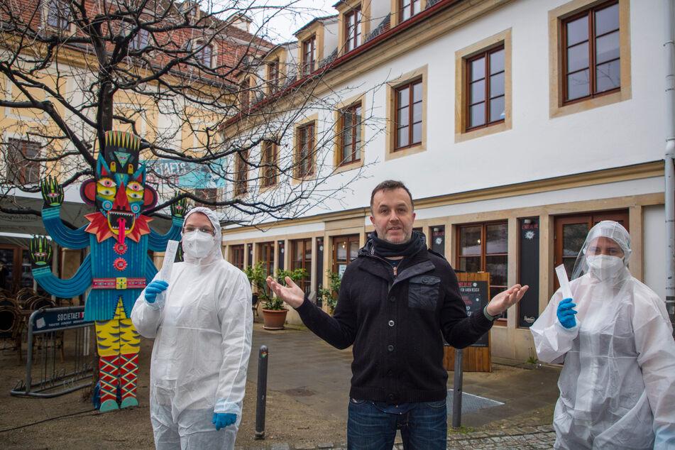 """Gastronom Ralph Krause (50) mit seinen Testerinnen Janine Keith (37, l.) und Isabelle Seibt (28) vor dem """"L´art de vie""""."""
