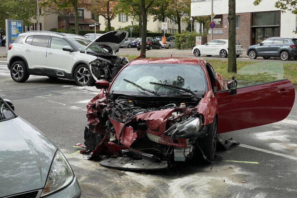 Ein roter Sportflitzer ist am Sonntagmittag in Berlin-Wilmersdorf mit einem weißen SUV zusammengekracht. Dabei wurde der 28-jährige Sportwagenfahrer schwer verletzt.