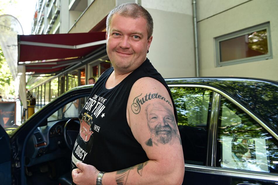 Fan Heiko Katen (38) aus Marienberg trägt sein Idol als Tattoo bei sich, ließ sich selbstverständlich am Benz des Italo-Western-Stars ablichten und fachsimpelte mit Gysi über den Wagen.