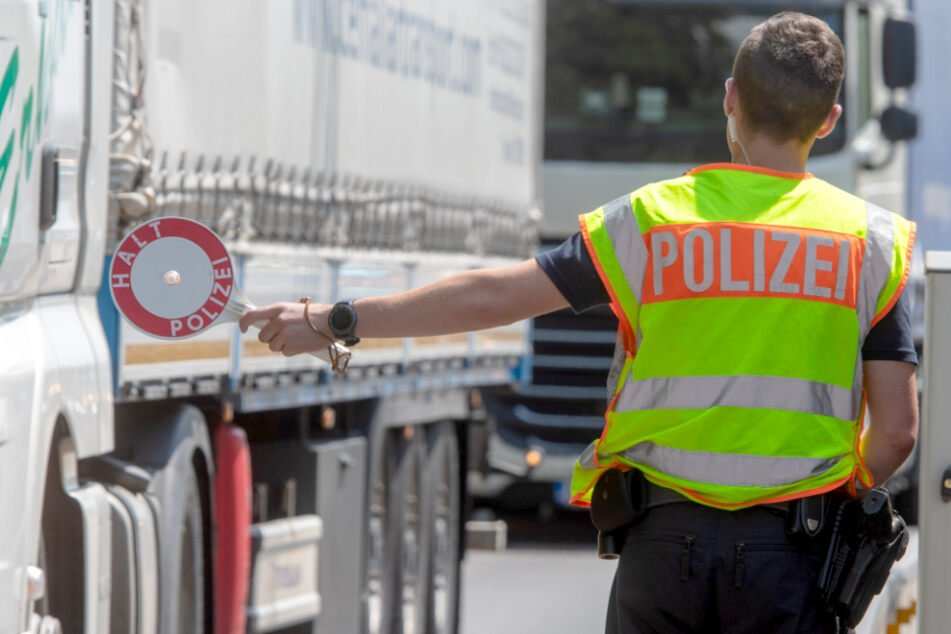 Bundespolizisten kontrollieren Auto und entdecken 25 geschleuste Menschen!