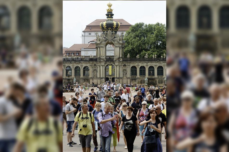 Sollen wieder mehr in Sachsen werden: ausländische Touristen, wie hier 2018 in Scharen am Dresdner Zwinger.