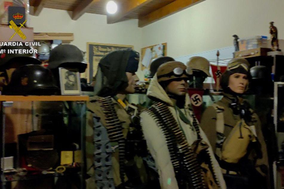 Die Polizei fand zahlreiche Nazi-Utensilien.