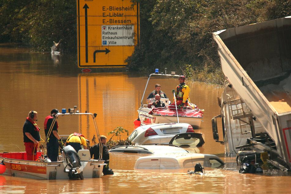 Knapp eine Woche nach den Überschwemmungen in NRW sucht das Technische Hilfswerks (THW) noch immer nach Vermissten.