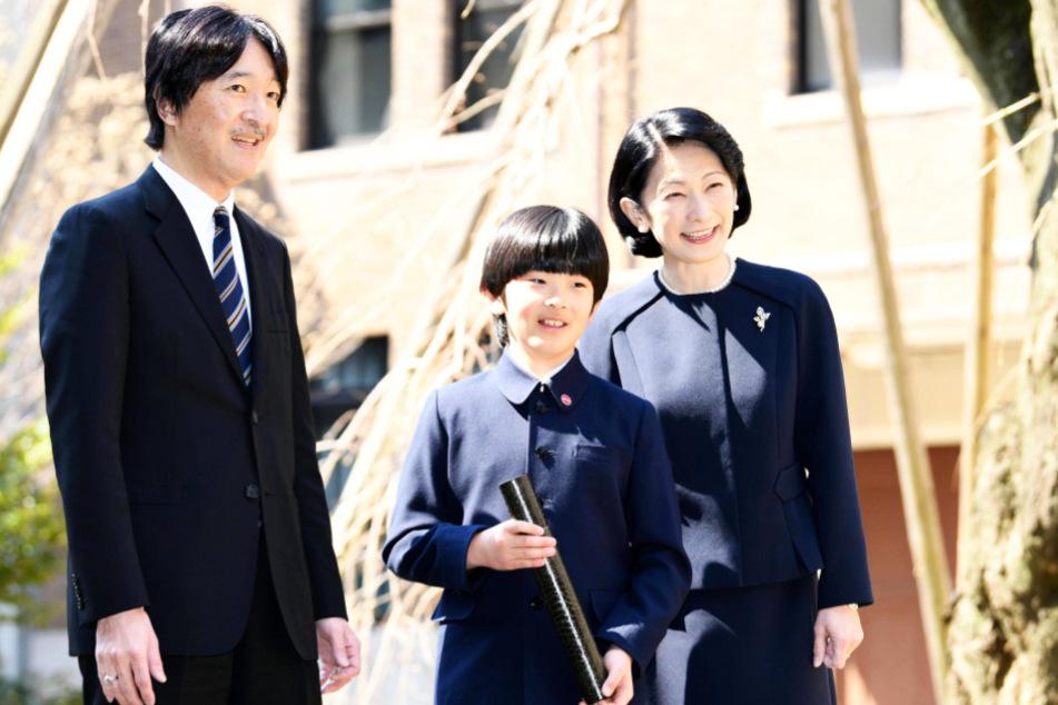 Kronprinz Fumihito (54) und Prinzessin Kiko (53) mit ihrem Sohn Hisahito (13). Die beiden Männer sind die letzten verbliebenen Erben der Kaiserfamilie.