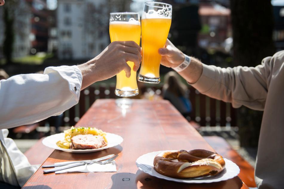 Zu Pfingsten ein Bier draußen im Biergarten trinken? Das könnte mancherorts klappen. (Symbolbild)