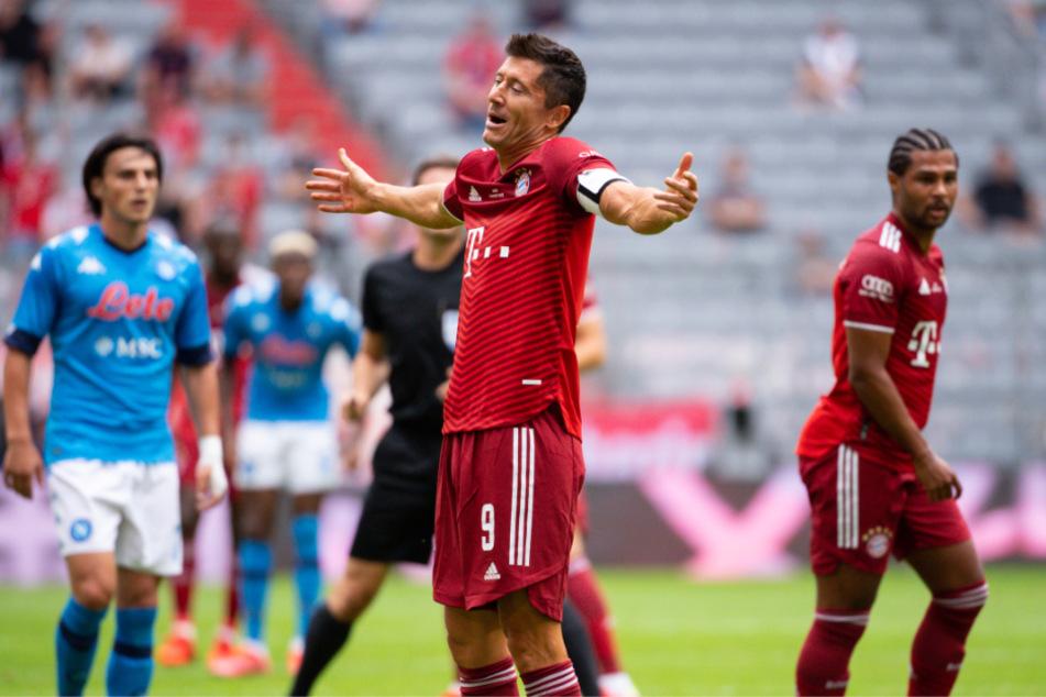Bayerns Stürmer-Star Robert Lewandowski gestikuliert auf dem Platz.