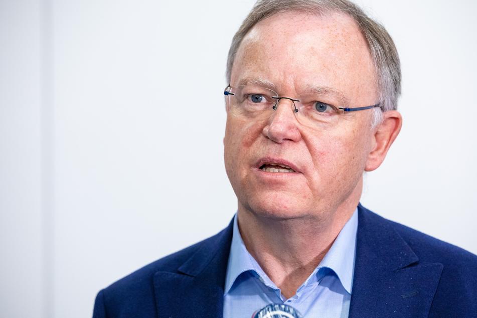 Stephan Weil (SPD), Ministerpräsident von Niedersachsen, spricht auf einer Pressekonferenz.