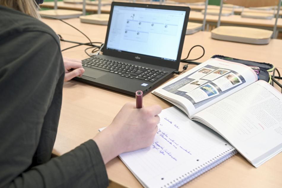Eine Schülerin arbeitet am Laptop im Fernunterricht.