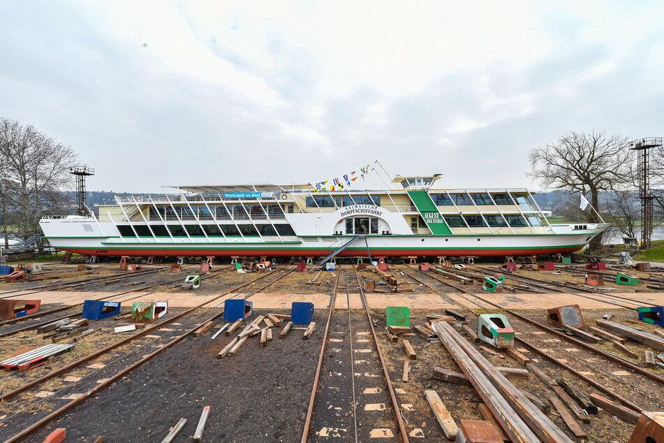"""""""August der Starke"""" wird nach langer Reparatur in der Werft wieder zu Wasser gelassen."""