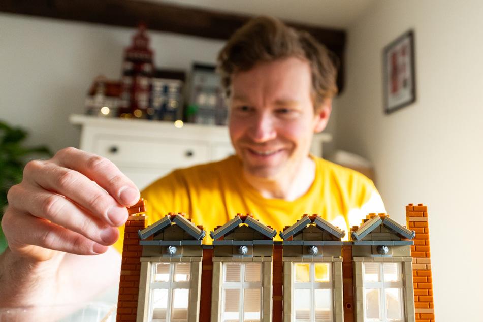 Benjamin Albrecht baut ein Lüneburger Gebäude mit Legosteinen nach.