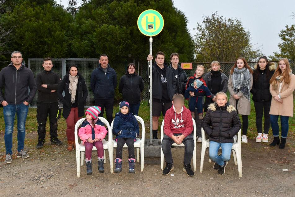 Kein Wetterschutz an der Haltestelle, verspätete und übervolle Busse: Die Eltern und Kinder um IG-Sprecher Mirco Pötzsch (34) sind sauer und hoffen auf Abhilfe.