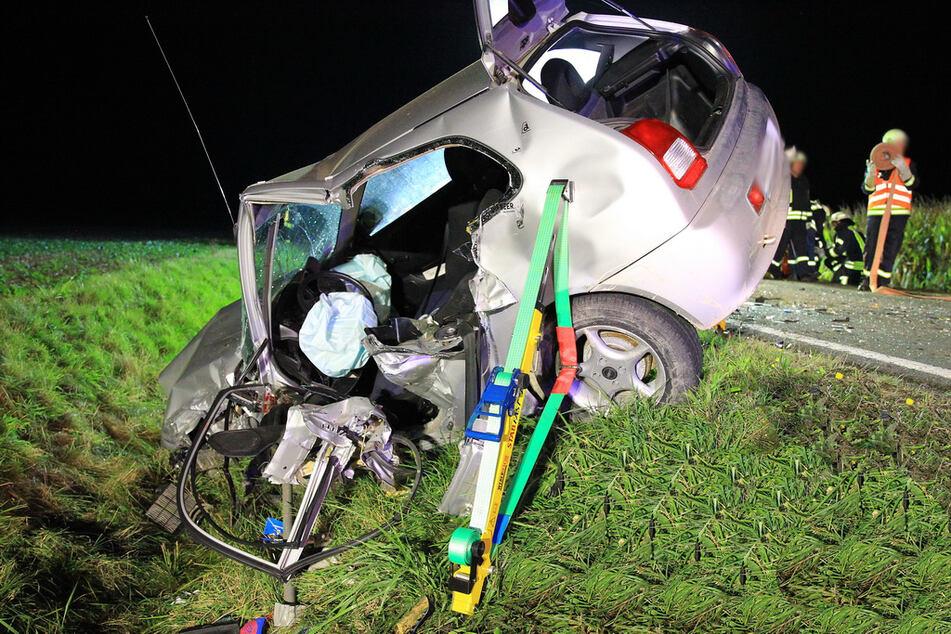 Der kaputte Mitsubishi liegt im Straßengraben.