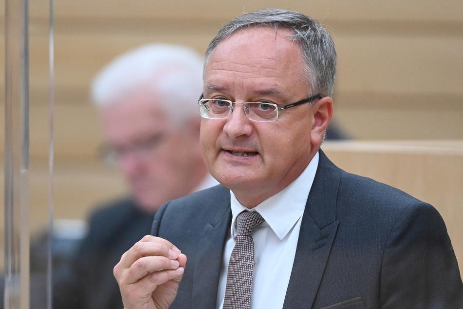"""""""Wer heute Schulschließungen ausschließt, aber nichts dafür tut, Klassenzimmer sicherer zu machen, der macht den Leuten etwas vor!"""", sagt SPD-Fraktionschef Andreas Stoch (51)."""