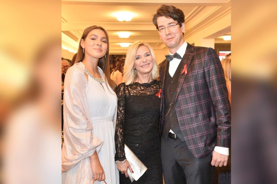 2019 bei der Hope Gala - das Paar hat sich kaum verändert: Uta Bresan (56) mit Ehemann Karsten Freund (53) und Tochter Magdalena (17, l.).