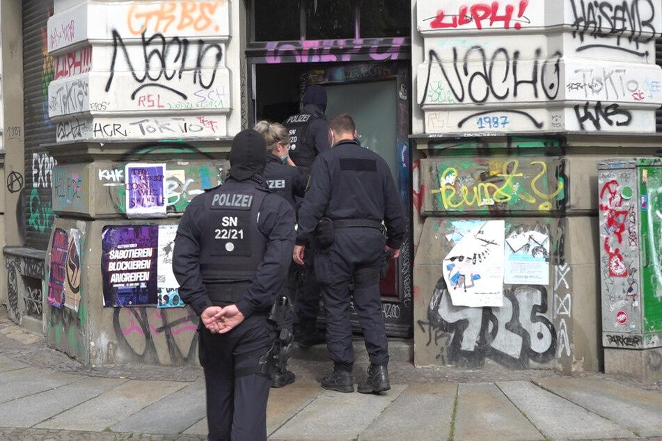 Einsatzkräfte des LKA betreten ein Haus in Leipzig-Connewitz. Den Vormittag über sicherten die Beamten Beweismittel.