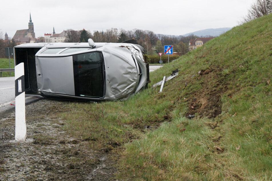 Unfall A4: Unfall an A4-Abfahrt: Geländewagen überschlägt sich