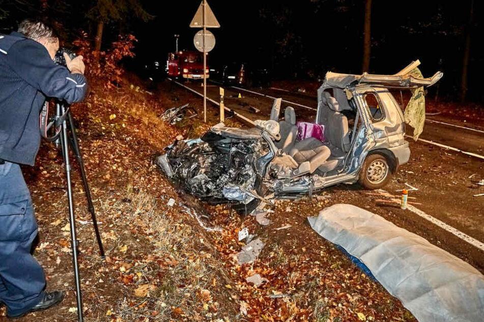 Den Einsatzkräften vor Ort bot sich nach dem tödlichen Unfall ein schreckliches Bild.