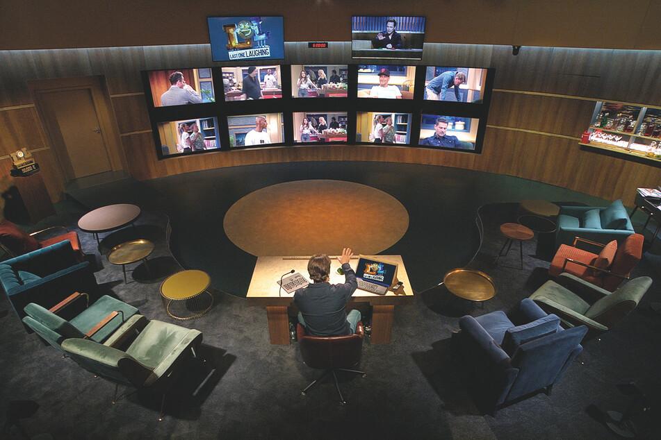 """Gastgeber ist Michael """"Bully-Manitu"""" Herbig (52), der alles wie bei """"Big Brother"""" überwacht."""