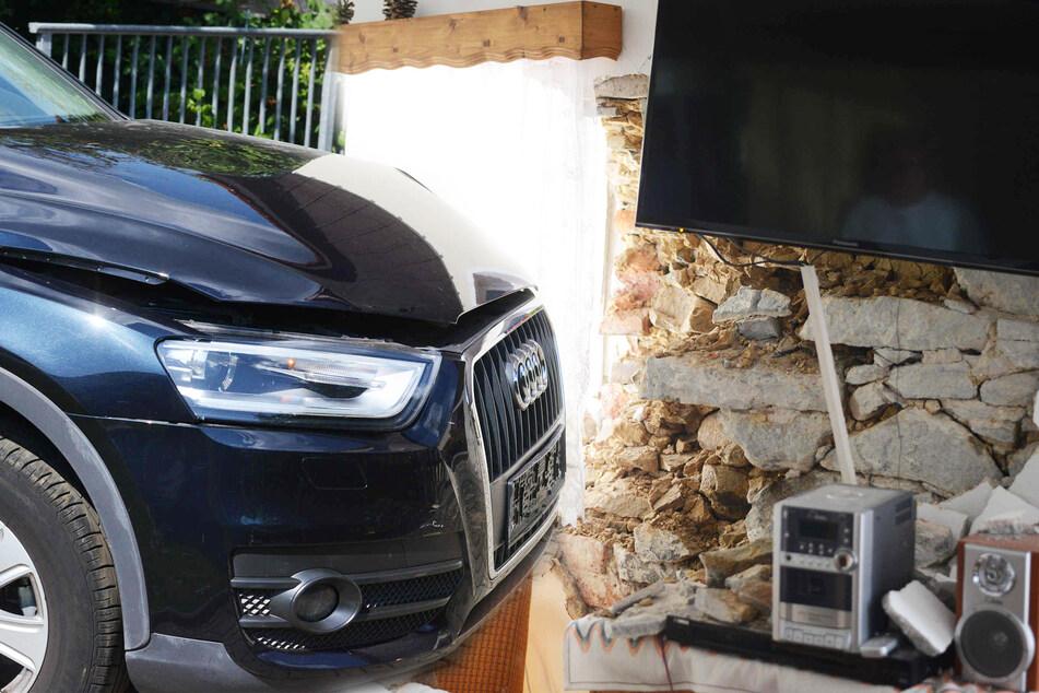 Audi-SUV kracht gegen Hauswand: Ziegelsteine fliegen durch Ferienwohnung!