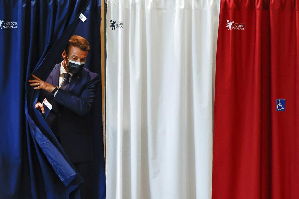 Frankreichs Präsident Emmanuel Macron (43) bei dem Verlassen einer Wahlkabine während der ersten Runde der Regionalwahlen. Das Ergebnis dürfte ihn nicht gefreut haben.