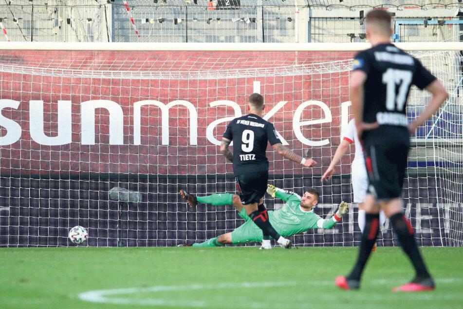 Wiesbadens Philipp Tietz trifft gegen FSV-Keeper Johannes Brinkies zum 3:1.