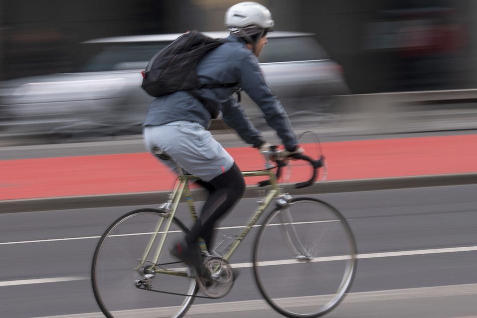 Ein Mann fährt Fahrrad. (Archivbild)