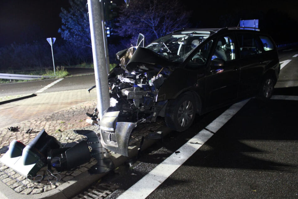 Der Wagen stieß aus bisher unbekannter Ursache frontal gegen den Ampelmast.