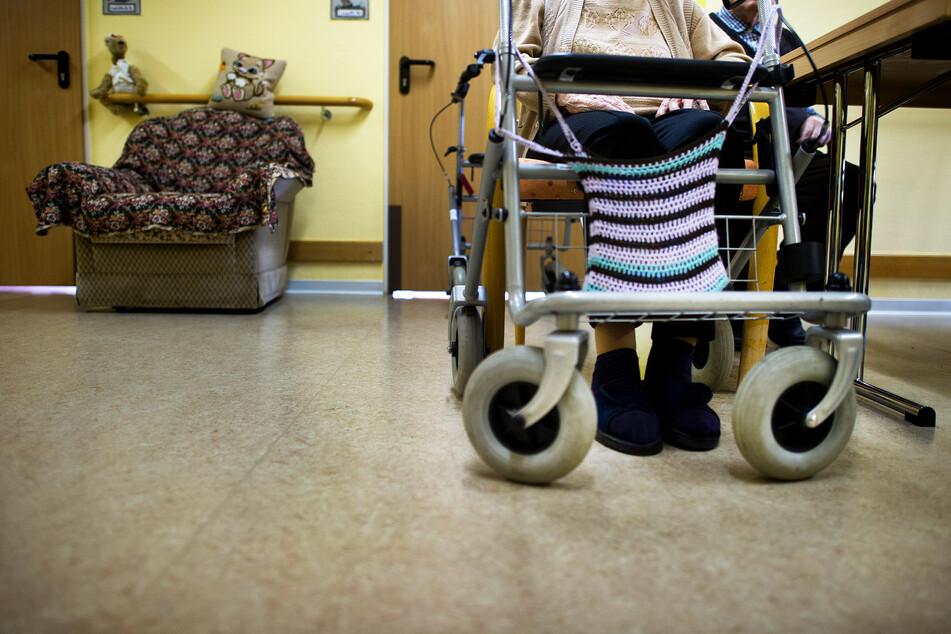 Pfleger befummelt nachts demente Rentnerin: Jetzt muss er in den Knast!