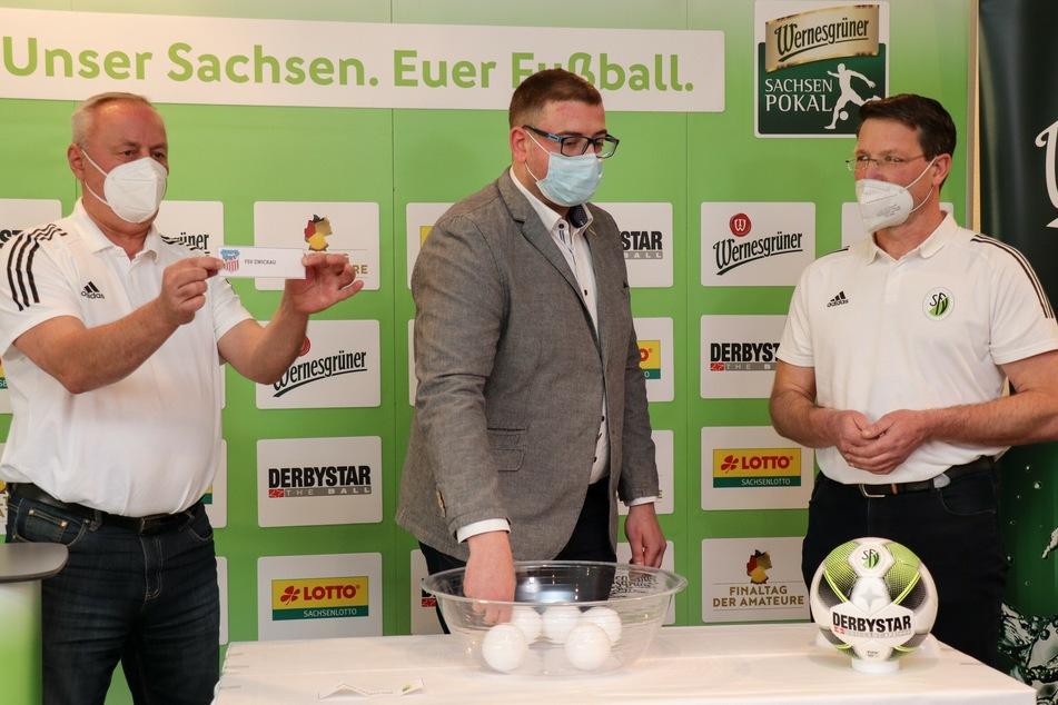 Markus Röder (M.) von Sachsenpokal-Sponsor Wernesgrüner zog den Gegner der BSG Chemie Leipzig den FSV Zwickau, hatte davor aber möglicherweise eine andere Kugel in der Hand.