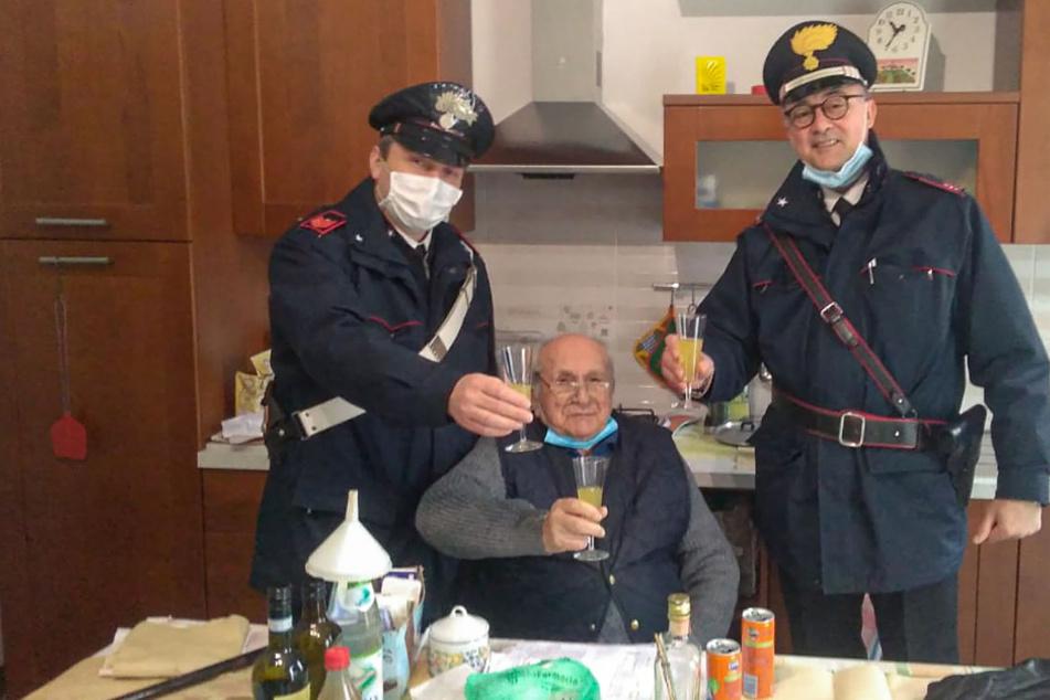 Allein zu Weihnachten: 94-Jähriger ruft die Polizei